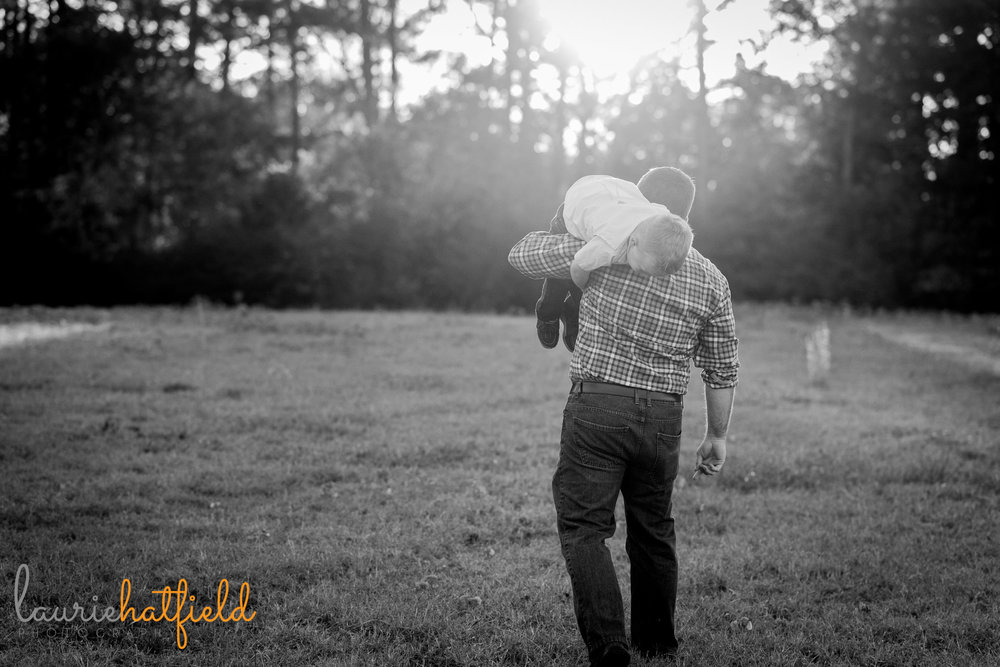 dad carrying son on his shoulders | Mobile AL family photographer