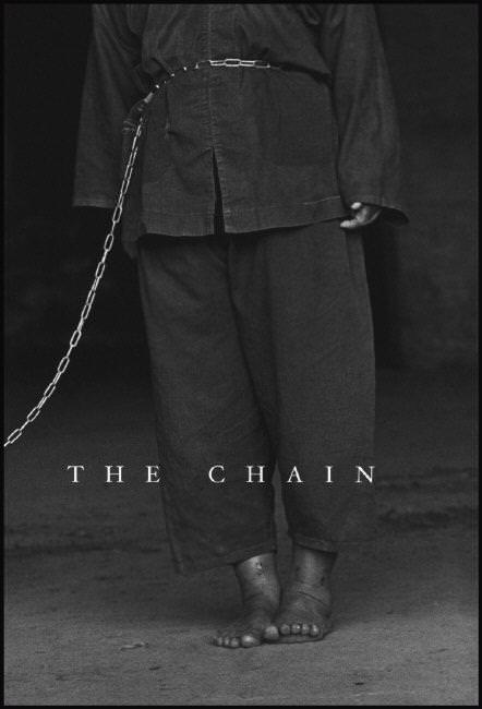 《The Chain》 - by 張乾琦張乾琦拿過國際間許多新聞攝影獎項,同時也是Magnum通訊社唯一一位台籍攝影家,作品屢屢關切社會黑暗角落的弱勢族群,繼拍攝紐約唐人街的偷渡客生活之後,九二年起他多次造訪高雄縣龍發堂,以人道而謙虛的視線,拍攝一系列人像照片,包含病患養雞、裁縫等日常起居樣態,以及被稱為「感情鍊」的病患關係,為台灣對精神疾病醫療之忽略與偏見,留下了一個真實而殘酷的見證。 (摘自 誠品網路書店)