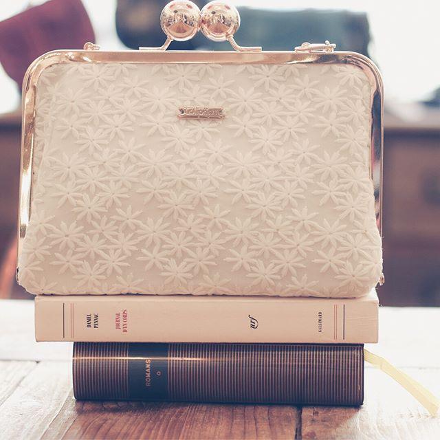 📚 Joyeuse journée du Livre ! 📚❤️ Nos pochettes Beauty sont les accessoires parfaits pour transporter toutes vos lectures (sauf le Cosmo grand format 🤭) ❤️✨
