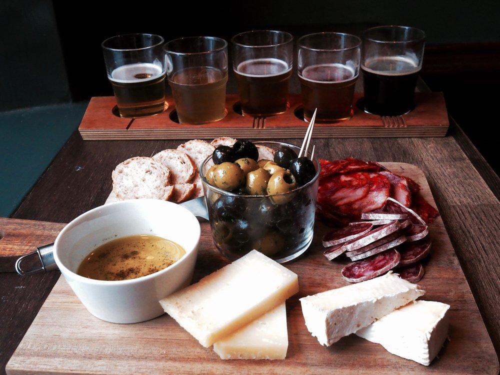 """Bier-Bierissä on tarjolla todellinen Brmance/ Womance-setti kaveruksille! Kaksi x viiden oluen """"Beer Flight""""- lankkua sekä platter täynnä naposteltavaa kahdelle!"""