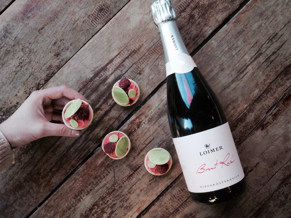 Vin-Vinissä tarjoillaan lasillisen ostajille Patisserie Teemu & Markuksen leipomia ihania vadelma tartaletteja.