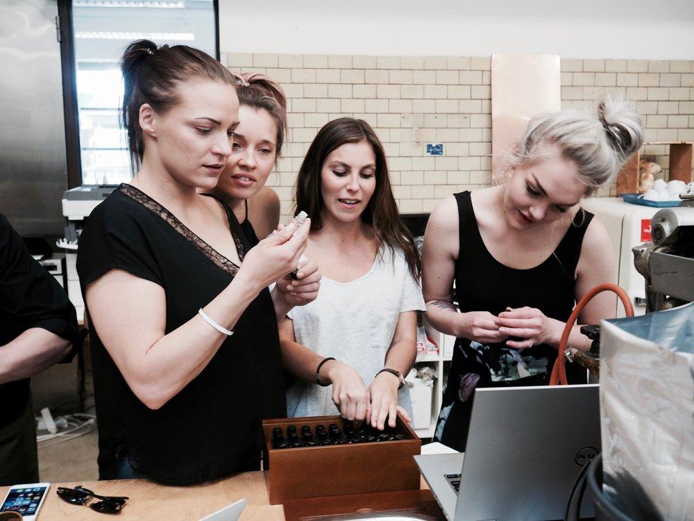 Sushibarin tytöt on tutustumassa Helsingin Kahvipaahtimolla meidän oman Story Blend-kahvin valmistukseen