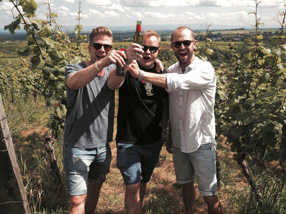 Matti, Toni ja Andu meidän omalla viinipalstalla Rajalla