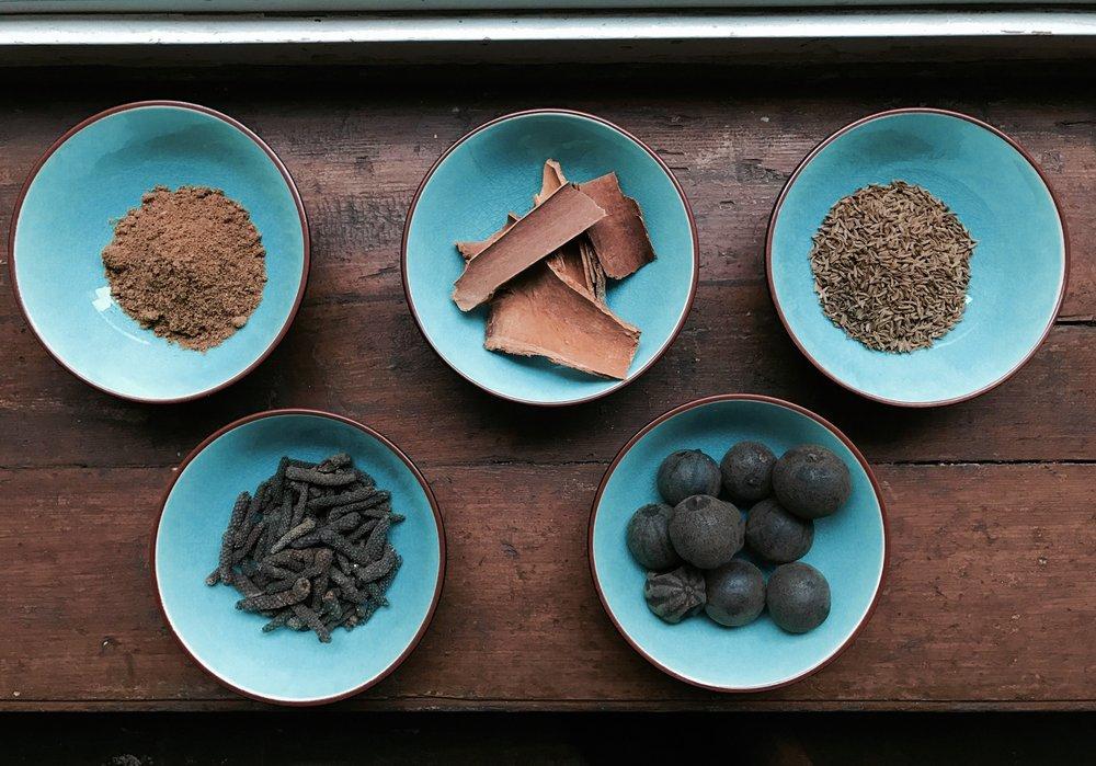 Ras el Hanout ja sen neljä ainesosaa -kaneli,kuminansiemen,balin pitkäpippuri ja musta lime.
