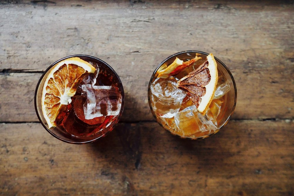 OX:illa on myös omat signature cocktailit joista löytyy samoja mausteita kun ruokalistalta, Basra Negroni, OX Of, Medjool & Port, OX Martini.