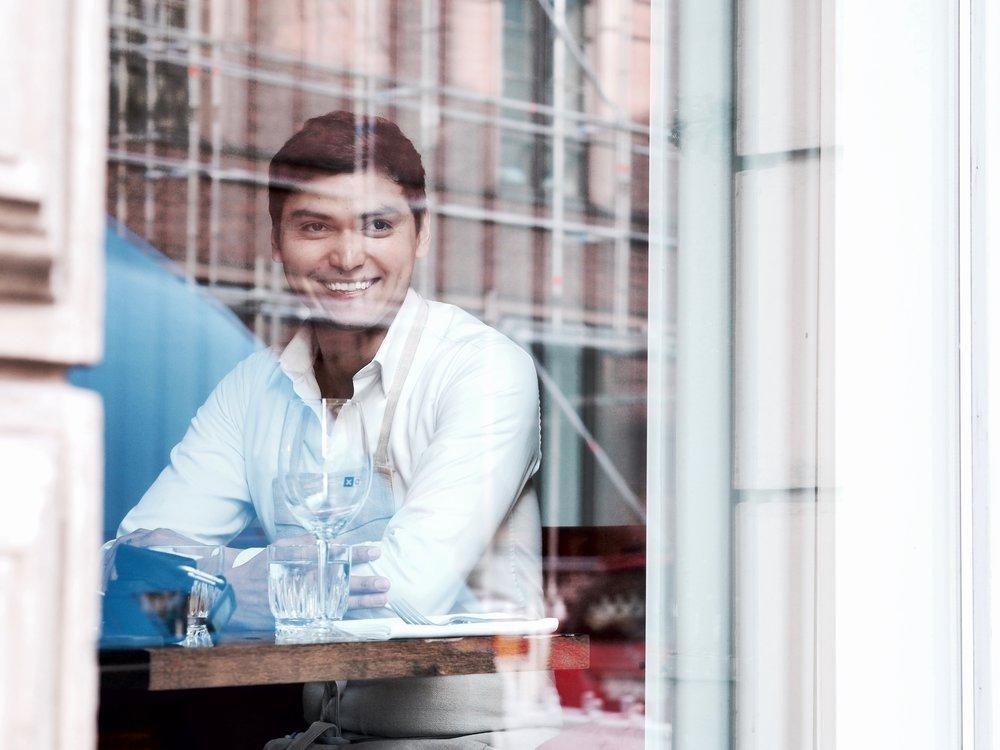 Frankie Soto on ollut mukana saliremmissä alusta asti ja ennen OX:iin tuloa hän on tehnyt tarjoilijan töitä Helsingin arvostetuimmissa ravintoloissa, mm. Savoyssa ja Chez Dominiquessa.