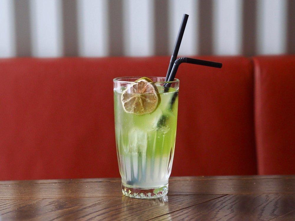 OX:in uudella menulla tarjoillaan viinipaketissa, alkuruuan seurana kesänmakuinen cocktail. Annoksessa on avomaankurkku-tagliatellea, seesami-marinoitua katkarapua ja kylmää kurkkukeittoa.