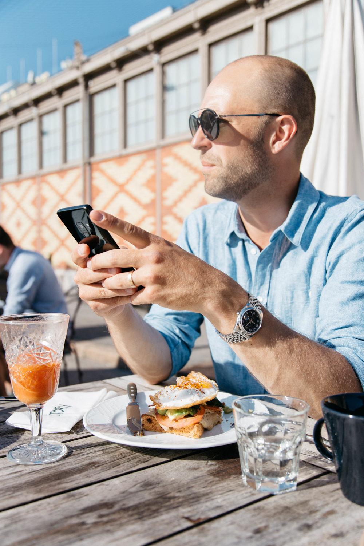 09:02 Uusien Story-aamiaistuotteiden hehkuttaminen vetää miehen näköjään vakavaksi.