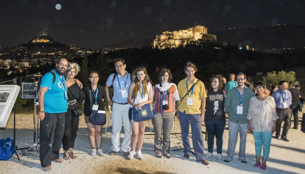 Ομάδα Συνέδρων του 23ου Παγκοσμίου Φιλοσοφίας με φόντο την Ακρόπολη και τον Λυκαβηττό.  Αριστερά ο φοιτητής και φωτογράφος του Συνεδρίου κ. Θεόδωρος Λιανόπουλος