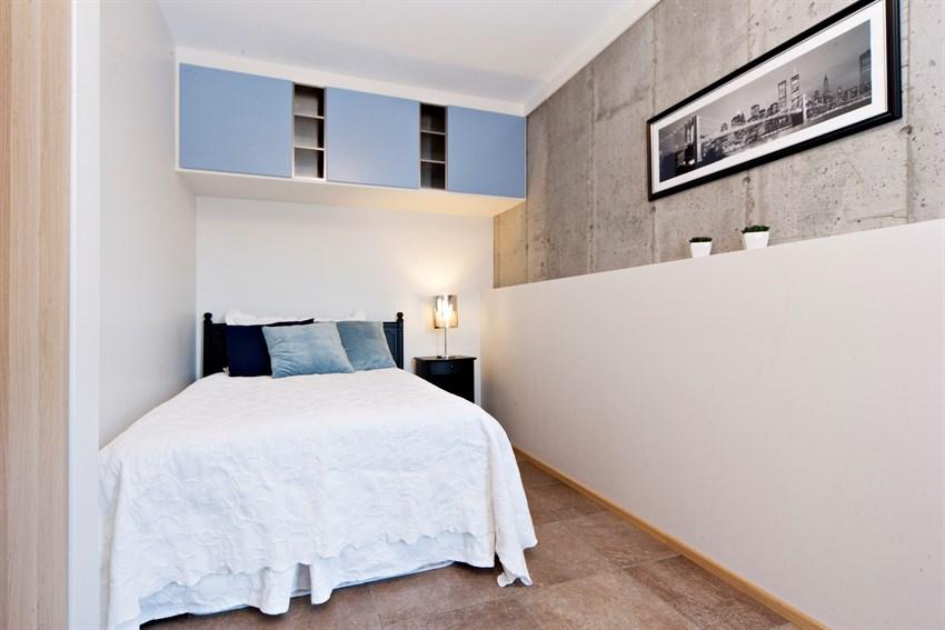 Begge rommene har fliser på gulv som står i kontrast med de lyse veggene.