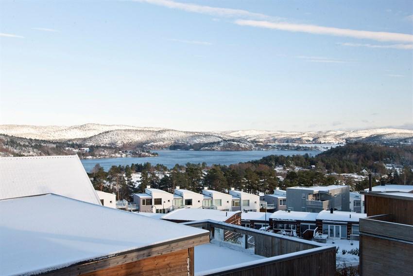 Høyt og luftig med fantastisk utsikt over Topdalsfjorden.