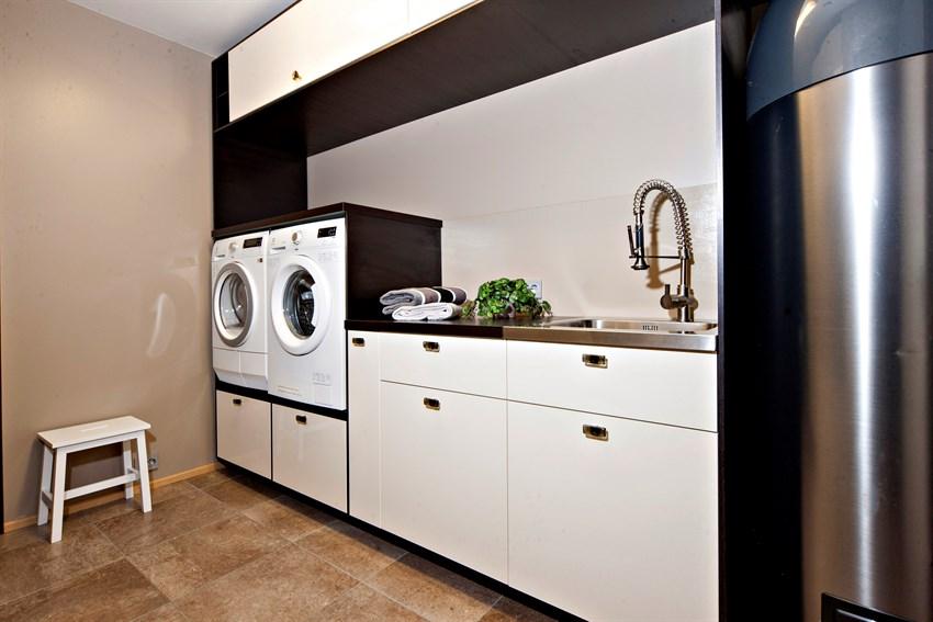 Boligen har eget vaskerom med stor og god arbeidsplass.