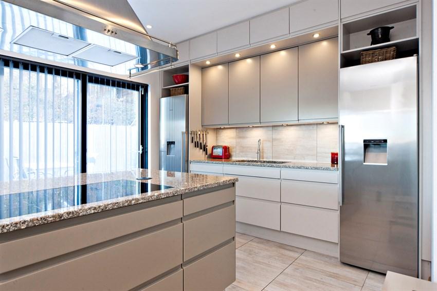 Vis bilder    Rediger bilder    Organiser bilderekkefølge    Slettede bilder (22)      Lekkert og funksjonelt kjøkken med matte fronter, granitt benkeplate og stor kjøkkenøy.