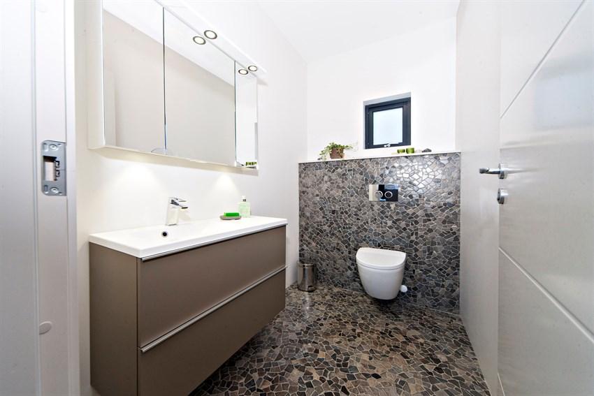 Flislagt og lekkert toalett i 1.etasje.