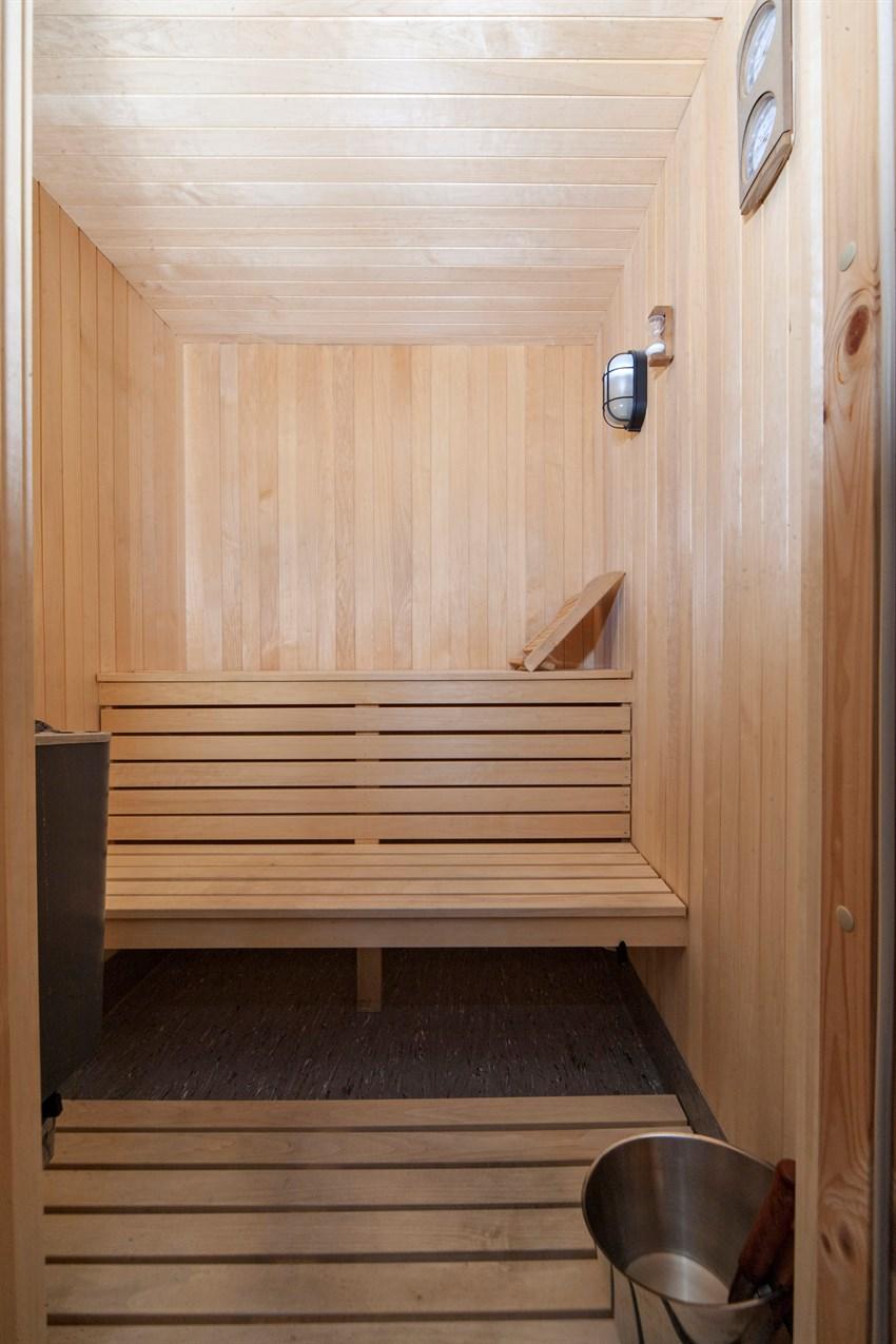 Vakkert trepanel og riktig belysning gir badstuen.