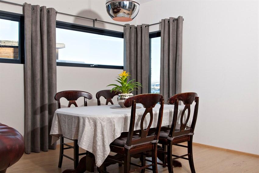 Fra spiseplassen har du en flott utsikt mot fjorden.