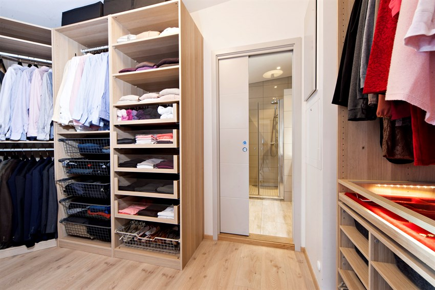 Walk-in closet med inngang til stort og lekkert bad.