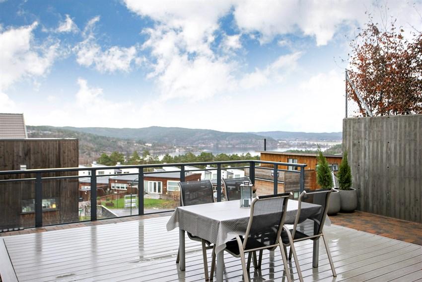 Fra kjøkkenet har du utgang til stor terrasse med nydelig utsikt.