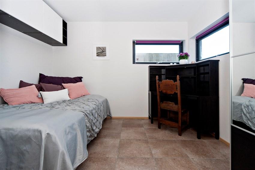 I underetasjen ligger det to store soverom, begge med uttak til internett.