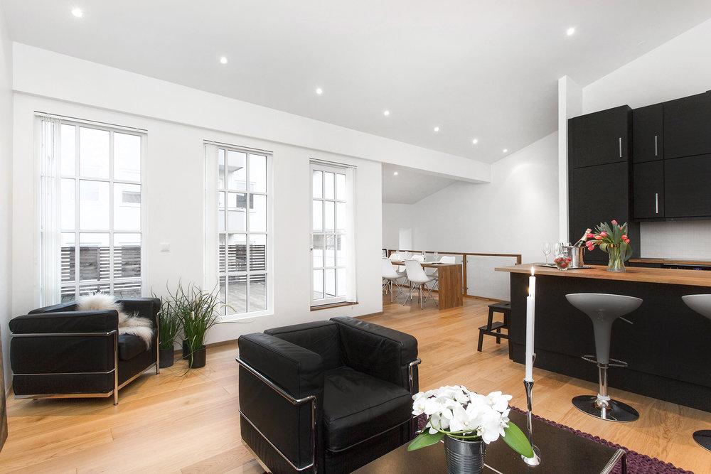 Kombinert stue og kjøkken - god plass til både sittegruppe og spisebord.
