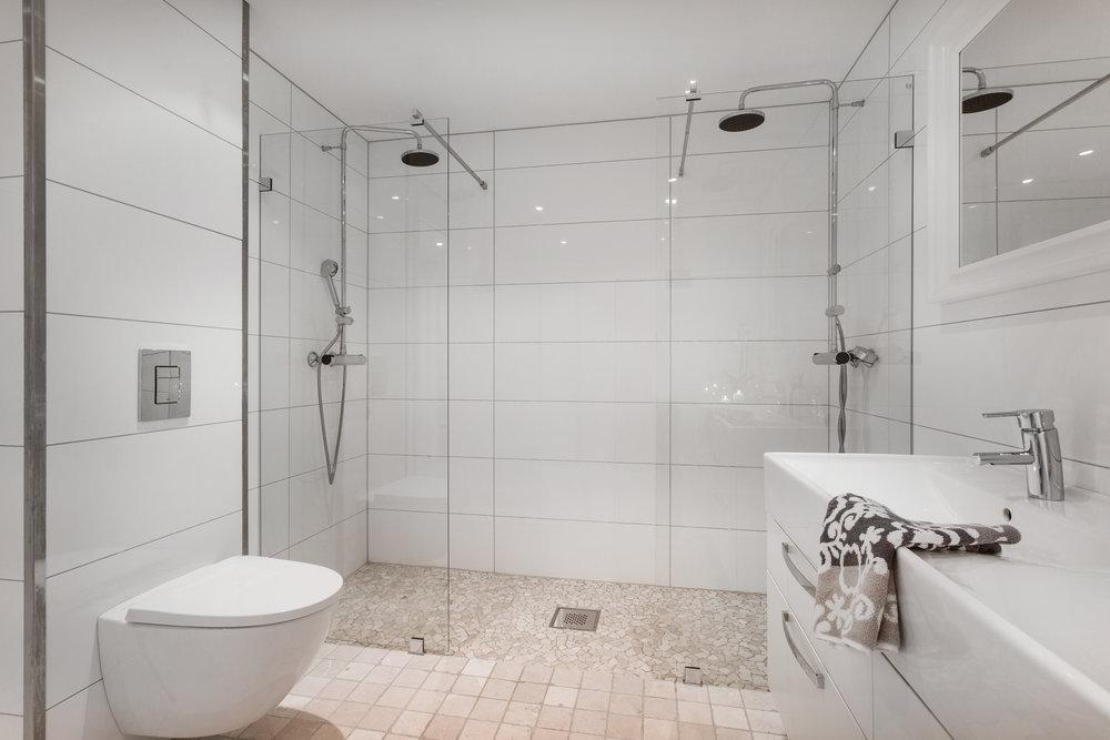 Badet har en stor, dobbel dusjnisje.