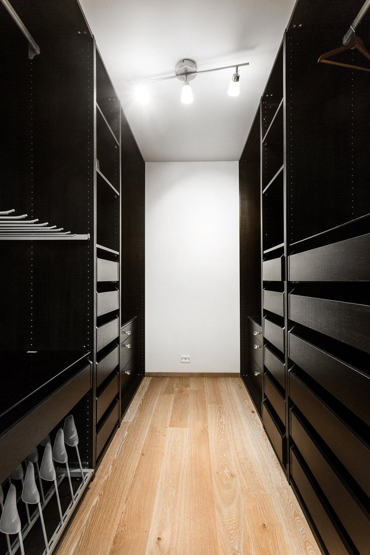 Stor og innholdsrik garderobe/omkledningsrom i tilknytning til hovedsoverom.