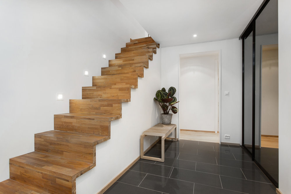 Elegant eiketrapp opp til 2. etasje.