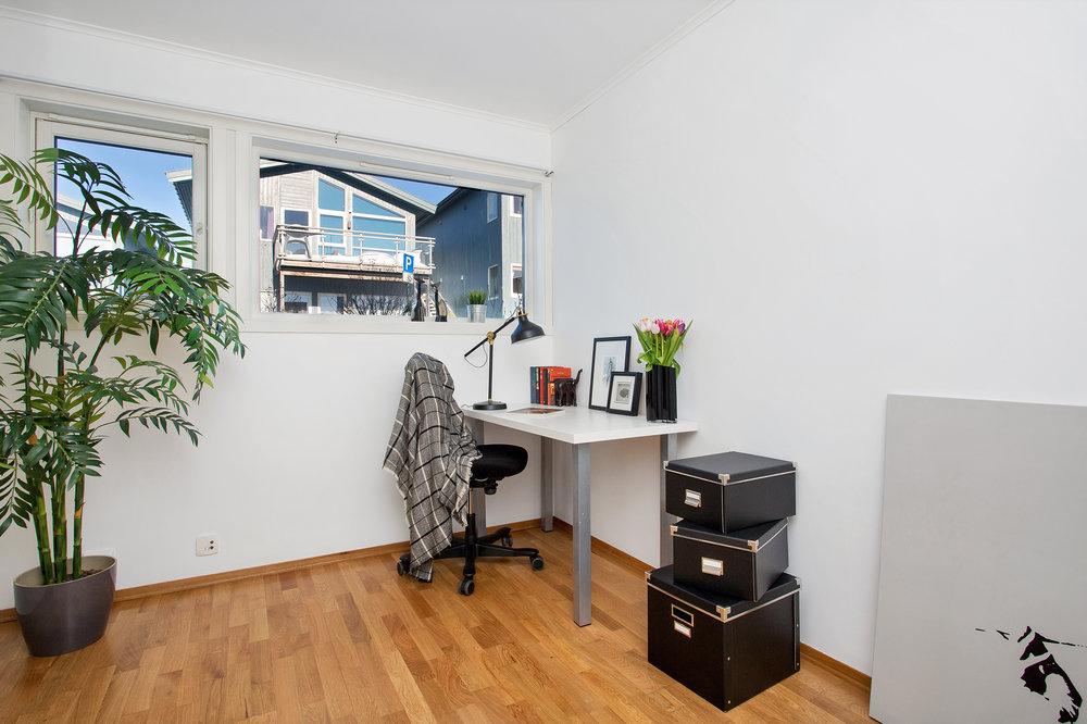 Soverom nr. 2 har god plass til både seng og arbeidsplass.