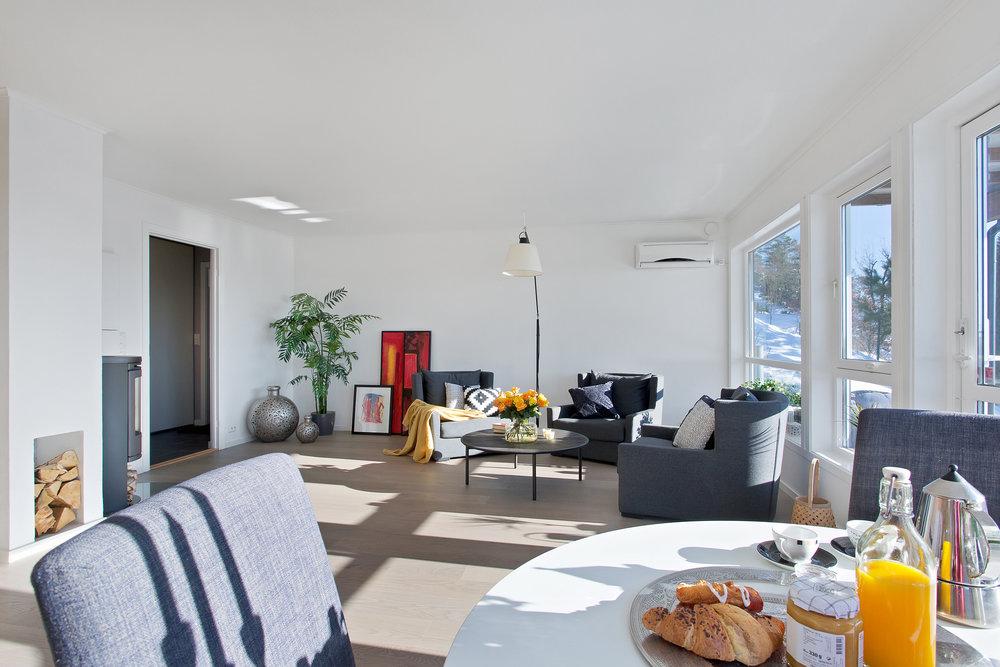 Stuen er romslig og har fine, lyse overflater. Ny parkett på gulvet i stuen.
