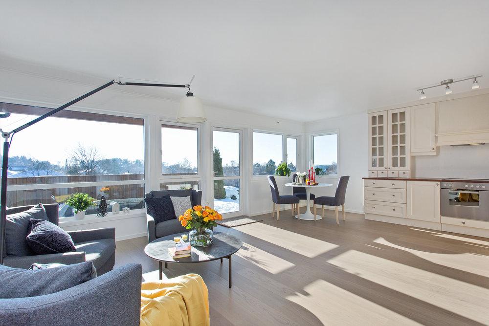 Stuen har god plass til både sittegruppe og spisebord.