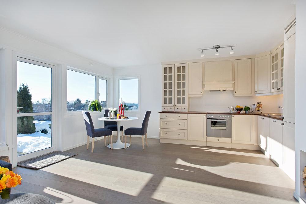 Naturlig plass til spisebord i tilknytning til det åpne kjøkkenet.