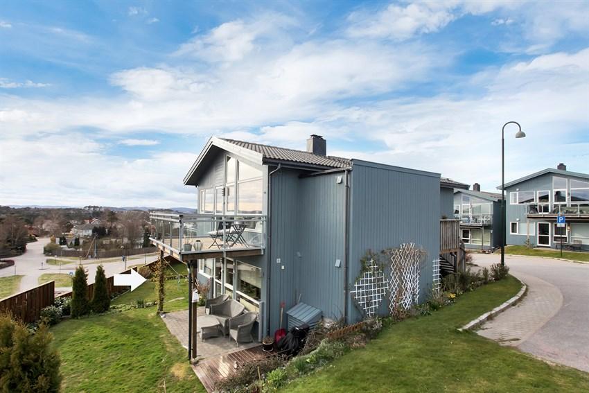 Lun og koselig uteplass med terrasse og hage.