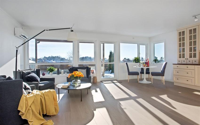 Lys og trivelig stue med utgang til solrik terrasse og hage.