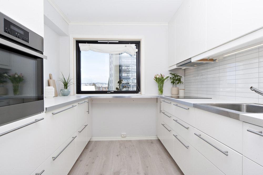 Nytt kjøkken i 2014. Rikelig med skap- og benkeplass.