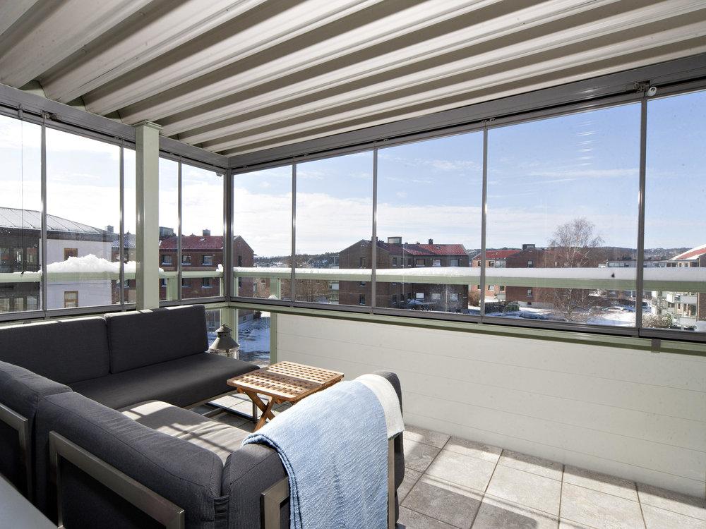 Fra stuen har du utgang til en stor og solrik balkong.