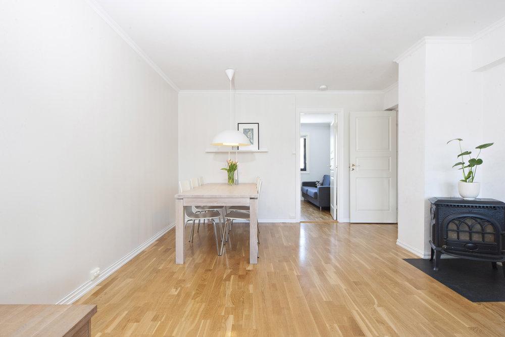 Stuen har god plass til både spisestue og sofagruppe.