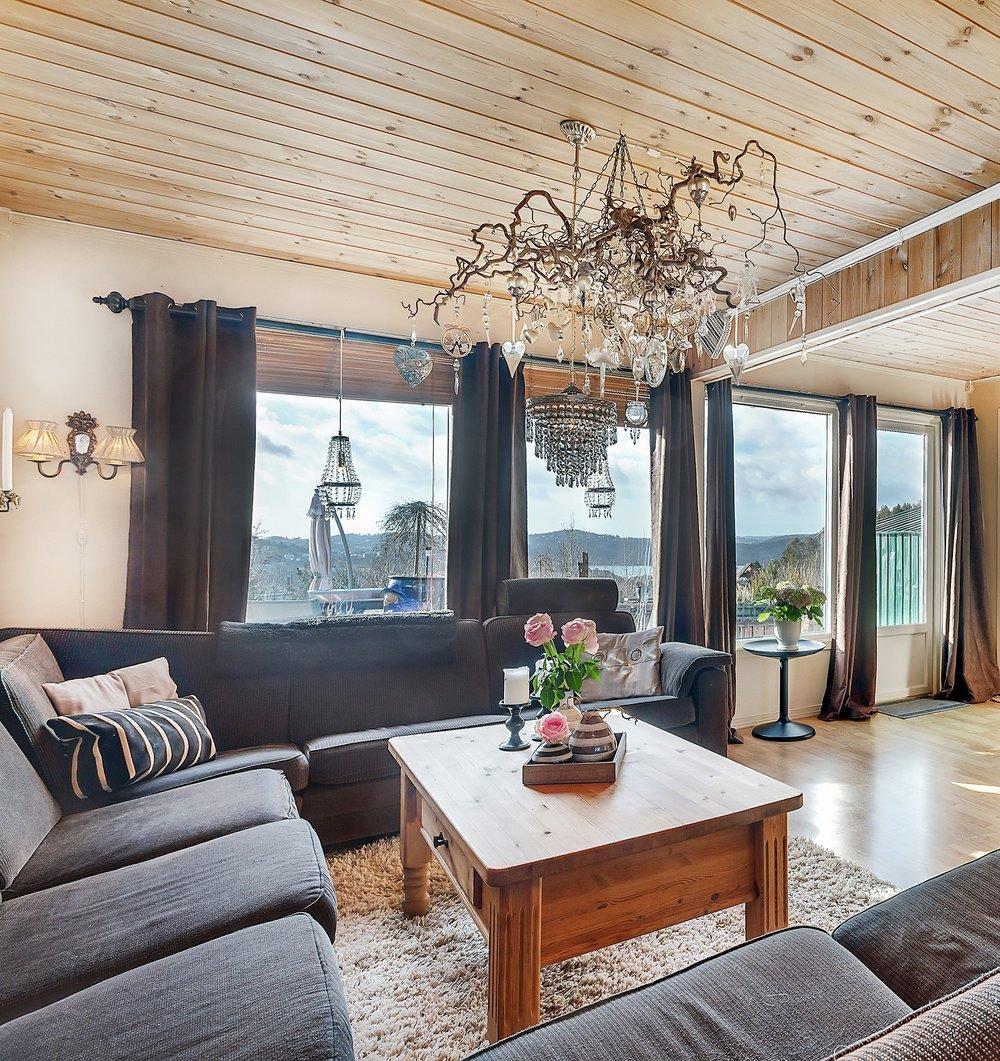 Romslig stue/spisestue med utgang til en fantastisk terrasse og hage.