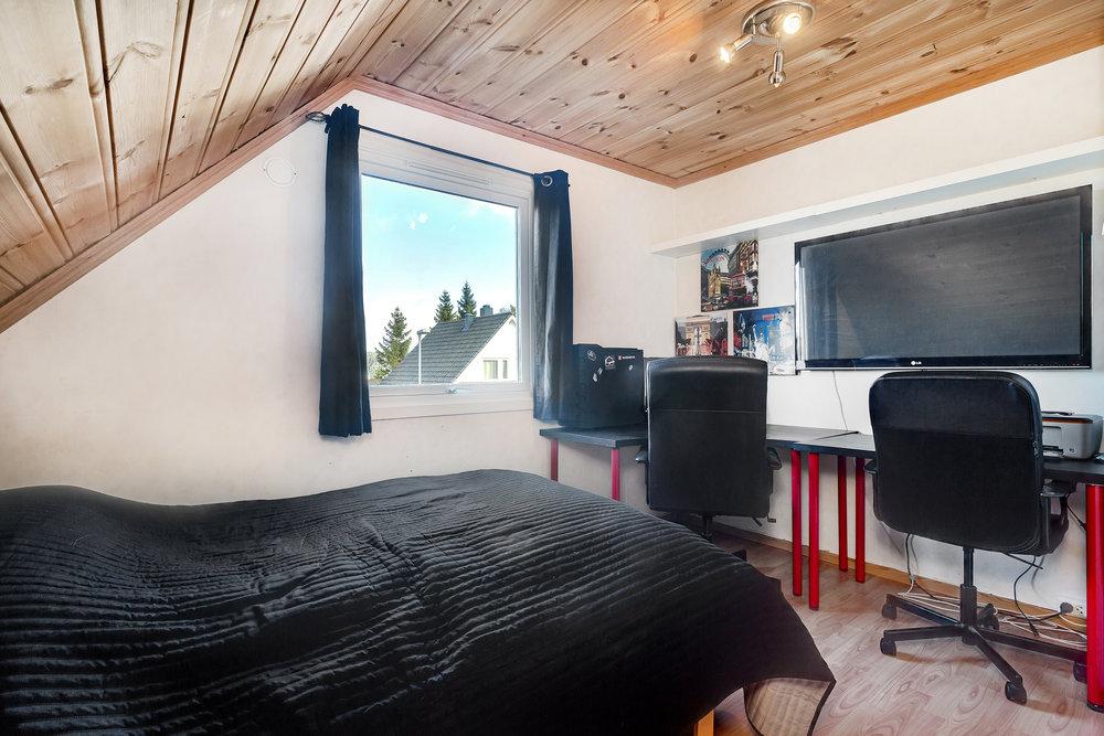 Alle soverommene har laminatgulv og malte flater på vegg. Trepanel i himling.