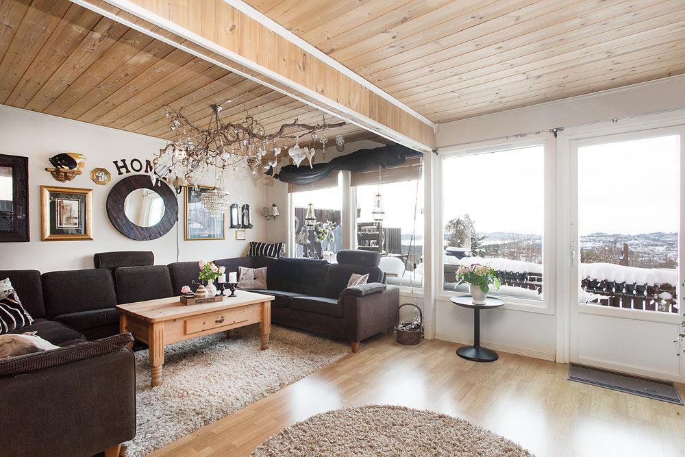 Stuen er gjennomgående med vinduer i begge ender av rommet, noe som gir særdeles gode lysforhold og en åpen atmosfære.