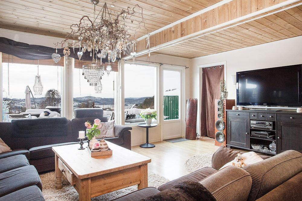 Den nydelige utsikten kan også nytes inne fra stuen.