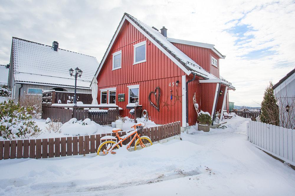 Flott eiendom med solrike terrasser på begge sider av boligen.