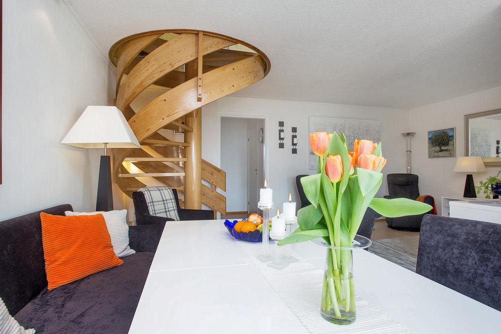 Stuen er praktisk innredet slik at man får delt rommet naturlig i en spisestuedel og en tv-stue.