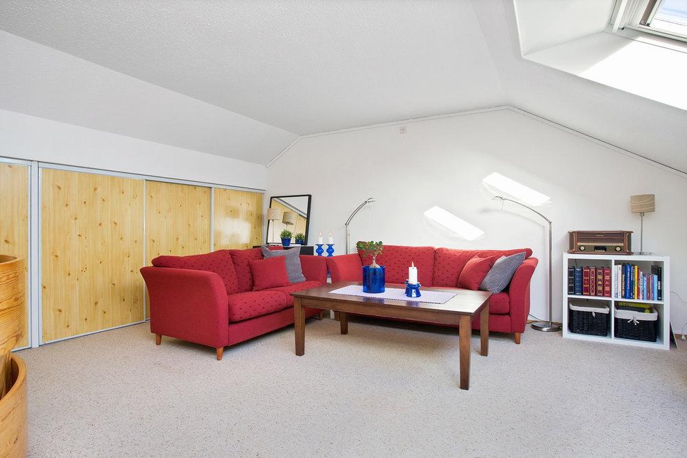 I leilighetens 2. etasje er det innredet loftsstue. Godt med oppbevaringsplass i skyvedørsskap.