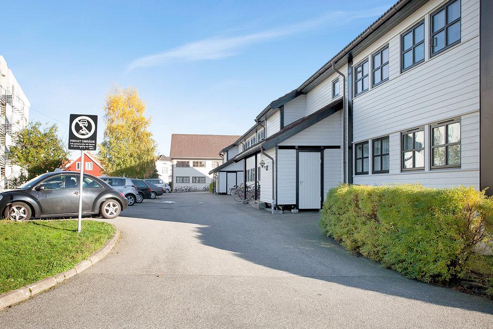Sameiet har flere biloppstillingsplasser på eiendommen.