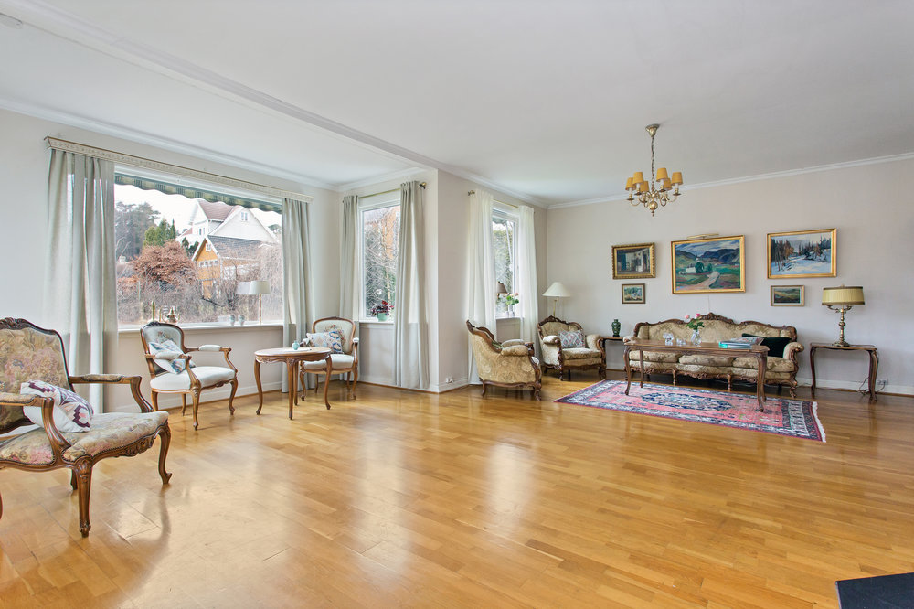 Store vindusoverflater gir rikelig med naturlig lysinnslipp og sammen med takhøyden gir det en svært god størrelse på rommet.