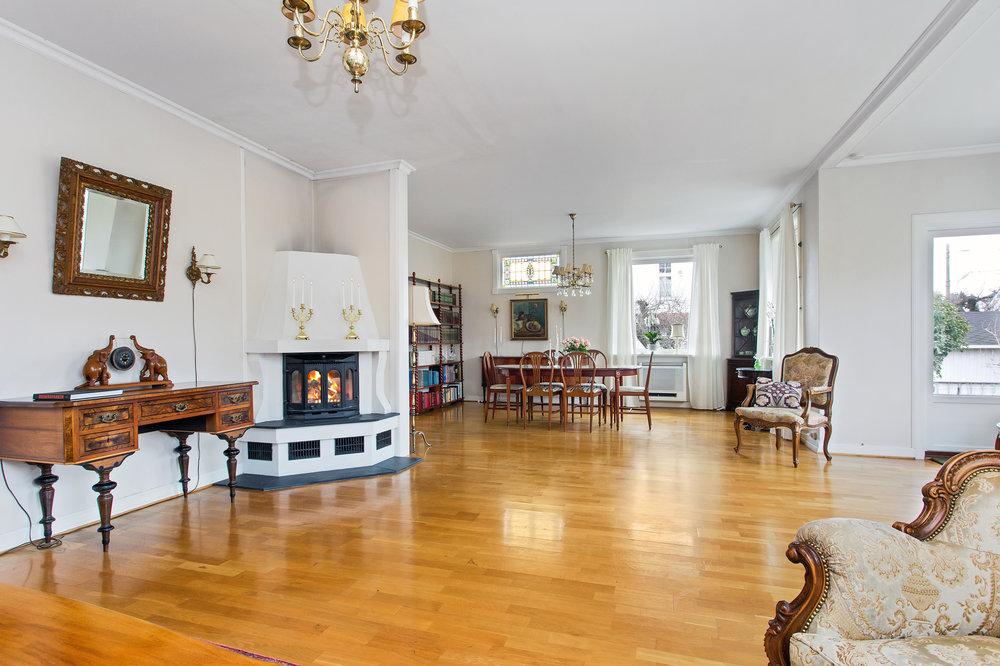 Hovedetasjen har tilsammen 3 peiser. Peisene på kjøkken og i stue er av nyere dato.