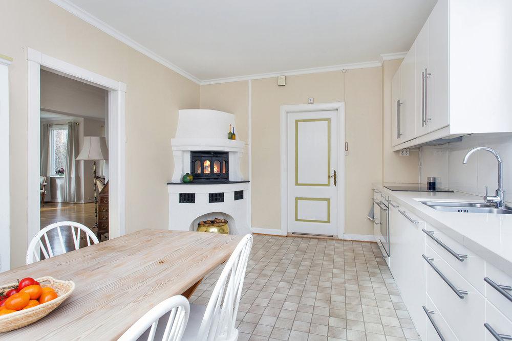 Kjøkkenet ble oppgradert i 2011 med lyse, moderne fronter og benkeplate i kvarts.