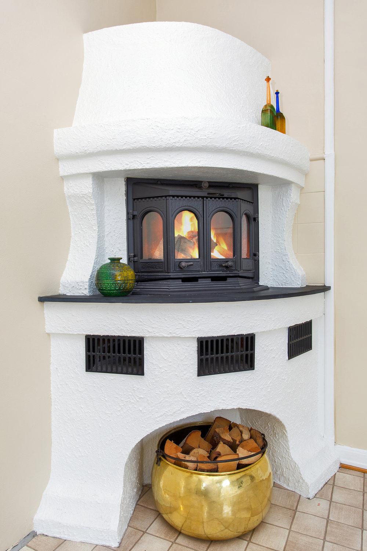 Peisene på kjøkken og i stue er av nyere dato og gir god varme.