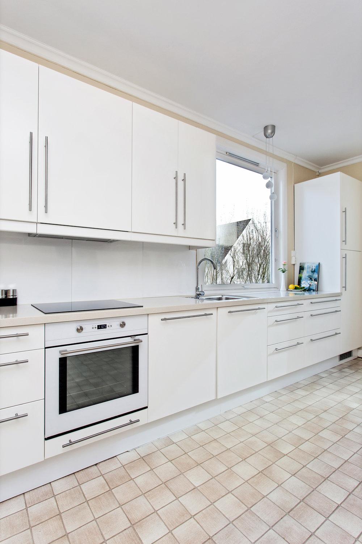 Kjøkkenet er utstyrt med integrert oppvaskmaskin.