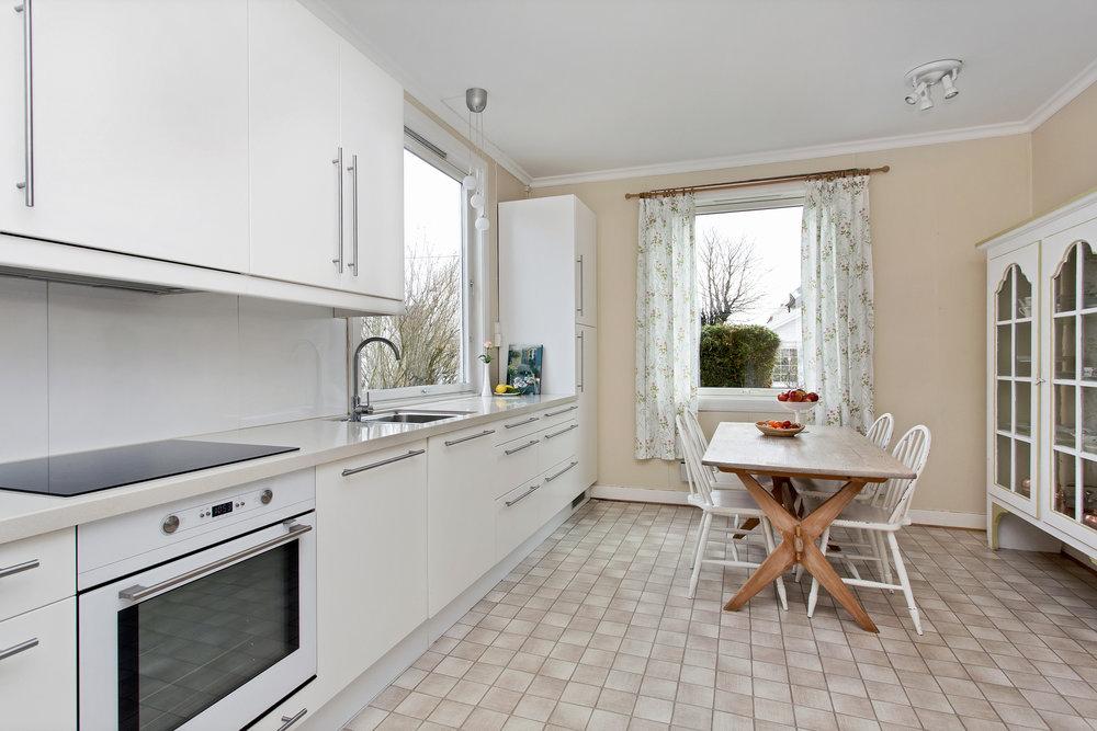 Kjøkkenet har en god størrelse med god plass til spisebord.